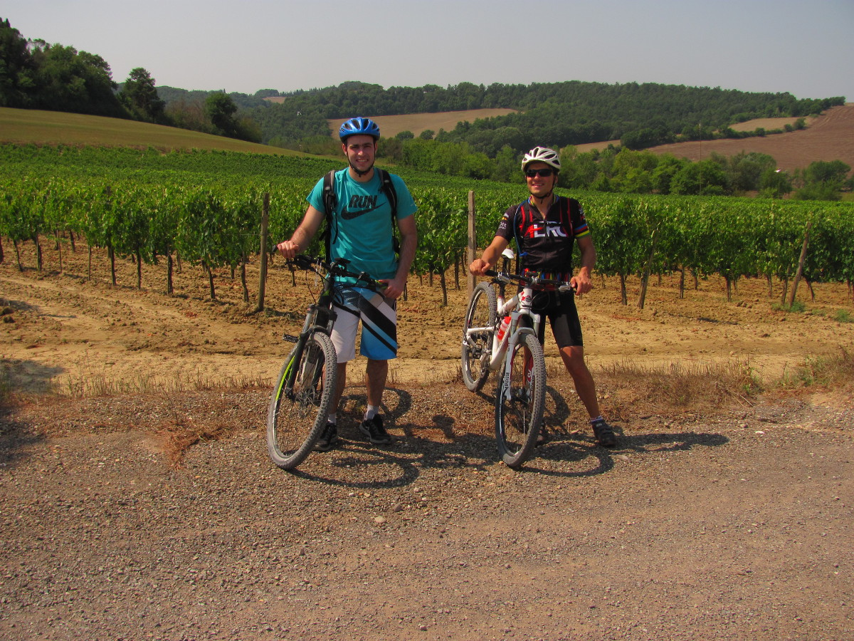 e-bike tour on dirt and secondary roads along vineyards